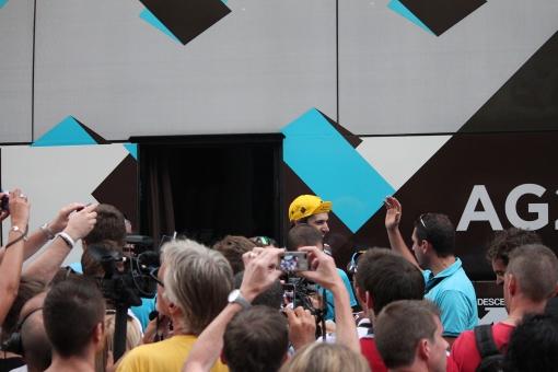 la grande affluence devant le bus après une étape au Tour de France